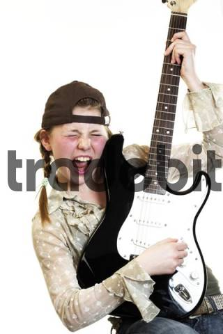 Junges Mädchen mit Gitarre
